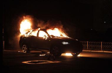 В Киеве чуть не сгорели два автомобиля