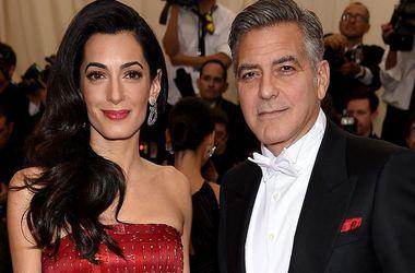 Джордж Клуни в восторге от роскошного наряда жены