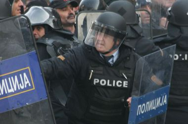 Почти 40 полицейских пострадали в столице Македонии в стычках с протестующими