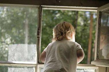 В Житомире 5-летний мальчик выпал с третьего этажа, пока его родители выпивали