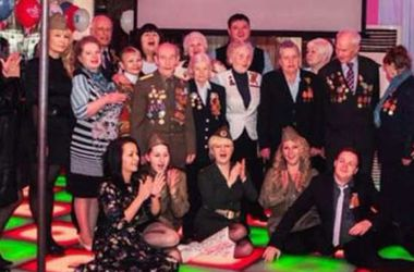 Российских ветеранов ВОВ поздравили с Днем Победы в стриптиз-клубе
