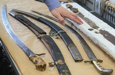 Как реставрируют оружие для музеев: в кабинетах, напоминающих химические лаборатории и в домашних условиях
