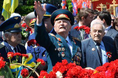 В столице люди собираются возле Музея ВОВ, киевляне дарят ветеранам гвоздики и сирень
