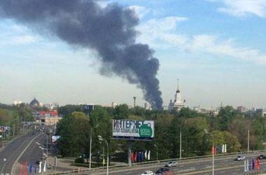 В Москве бушует сильный пожар: дым видно с Красной площади
