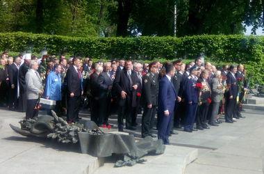 Порошенко возложил цветы к Вечному огню в Киеве