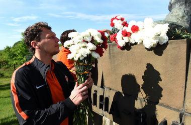 """""""Шахтер"""" перед матчем в Ужгороде возложил цветы к монументу освободителям"""