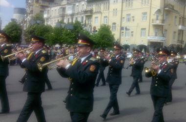 Парад оркестров в Киеве: музиканты играли марши, а люди приветствовали бойцов
