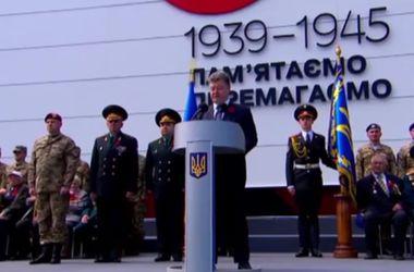 Порошенко возле музея ВОВ принял присягу молодых бойцов и рассказал о цинизме России