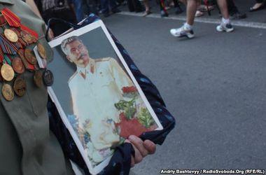В Киеве пенсионеры с портретом Сталина чуть не устроили драку