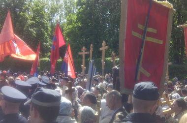 К памятнику Неизвестному солдату в Киеве принесли деревянные кресты и иконы