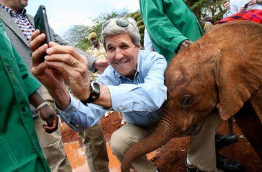 Джон Керри сделал селфи со слоненком
