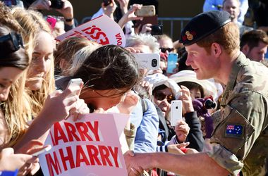 В Австралии принца Гарри хватали за руки и просили жениться