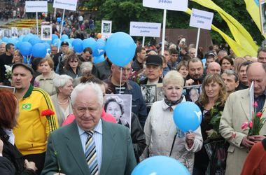 В Днепропетровске жители прошли маршем по центру города с портретами своих дедушек-ветеранов