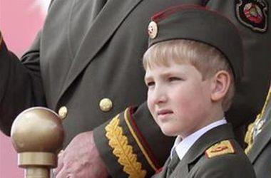 Сын Лукашенко пришел на парад в форме главнокомандующего