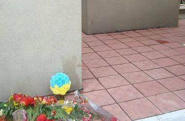 В захваченной боевиками Макеевке люди приносят желто-голубые цветы к памятнику Жертвам фашизма