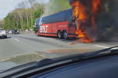 В США пассажирский автобус взорвался на трассе