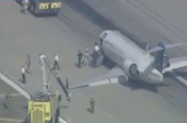 """в Лос-Анджелесском аэропорту самолет приземлился на """"брюхо"""""""