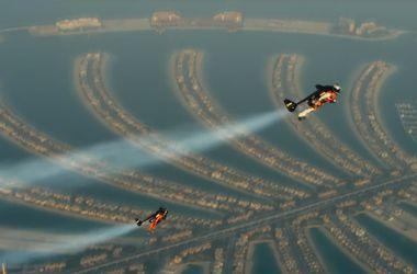 Экстремалы пролетели на реактивных ранцах над Дубаем