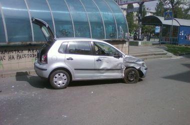 В Киеве большой внедорожник протаранил машину с девушками