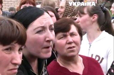 В Черновицкой области возмущенные женщины сожгли повестки