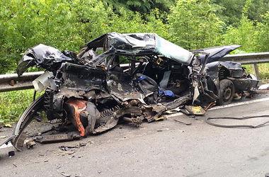 На Закарпатье легковушка на скорости врезалась в грузовик: погибли двое мужчин