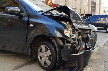 """ДТП в центре столицы: Toyota на """"встречке"""" протаранила Chevrolet"""