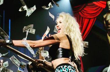 Оля Полякова в коротких шортах и с голым животом выступила на концерте памяти Кузьмы Скрябина (фото)