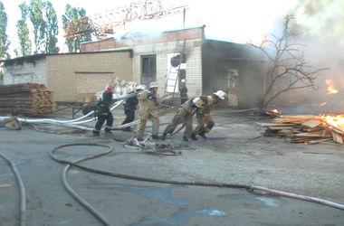 Под Харьковом всю ночь тушили масштабный пожар
