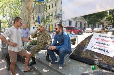 Одесские активисты третий день подряд протестуют под прокуратурой против коррупции