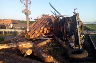 """В Николаевской области поезд """"разорвал"""" грузовик на переезде"""