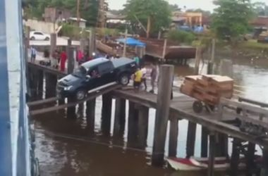 Видеохит: Очевидцы засняли очень рискованную погрузку машины на борт корабля