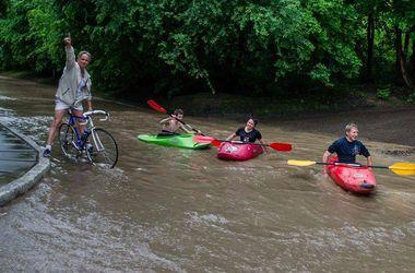 Во Львове после грозы люди катаются по городу на каноэ