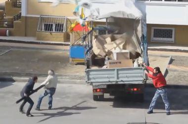 """Видеохит: Рабочие разгружают """"Газель"""" во время урагана"""