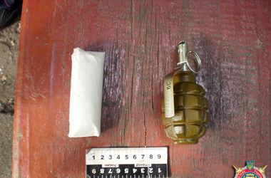 """Милиция задержала мужчину, который пил на улице в """"компании"""" гранаты и конопли"""