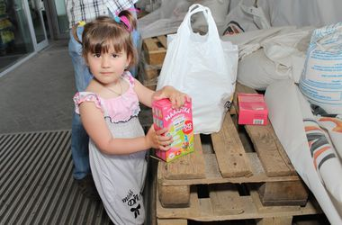 Выдача гуманитарных наборов для детей на Донбасс Арене