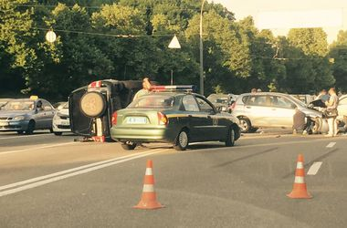 В Киеве – масштабная авария на семь машин, несколько улиц застряли в пробке