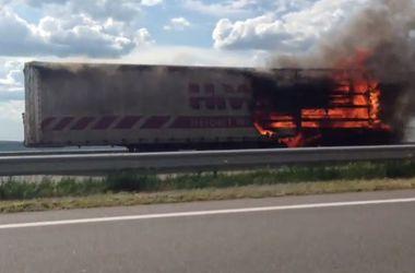 На трассе Киев-Одесса загорелся грузовик