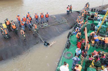 Китайцы теряют надежду на спасение пассажиров затонувшего на Янцзы теплохода