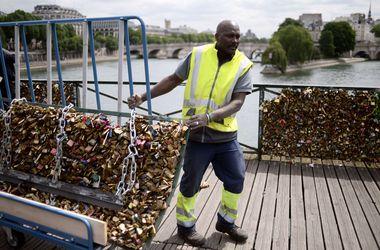 В Париже закрыли мост влюбленных