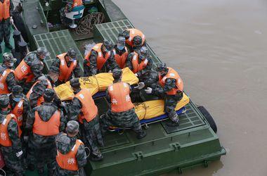 В Китае спасатели начали разрезать корпус затонувшего парома