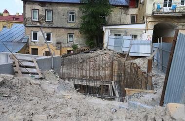 Скандал на Андреевском спуске: под видом укрепления склона застройщик строит элитный гараж
