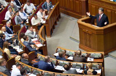 Порошенко подвел итоги первого года президентства и подарил депутатам  символические флешки