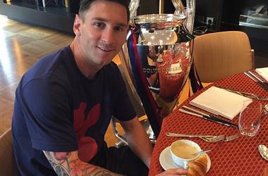 Лео Месси позавтракал с кубком Лиги чемпионов