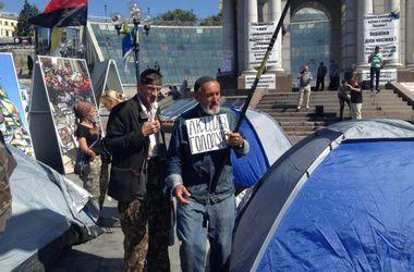 На Майдане Независимости активисты установили палатки
