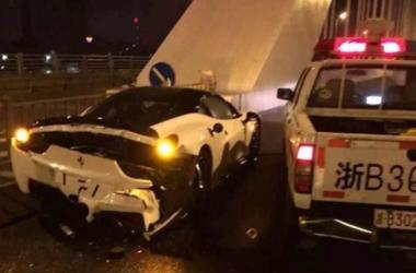 """Китайские полицейские на дешевом авто сильно """"догнали"""" дорогой суперкар"""
