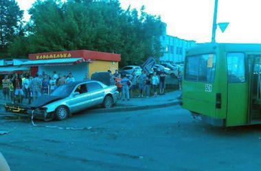 В Харькове пьяный водитель врезался в маршрутку и вылетел на тротуар