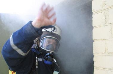 Киевские пожарные спасли из пылающей квартиры двоих жильцов