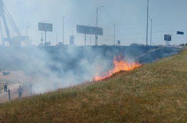 В Киеве из-за вспыхнувшего склона едва не сгорела автостоянка