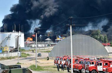 На горящей под Киевом нефтебазе произошел прогнозируемый взрыв цистерн – ГСЧС