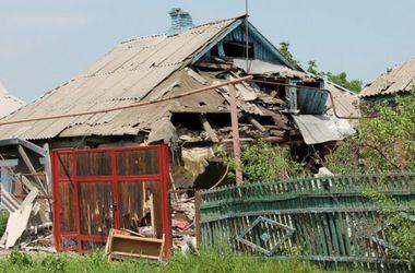 На Луганском направлении боевики ранили военных и обстреляли поселок из танков